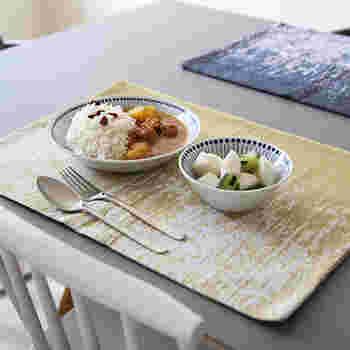ティータオルは食器を拭くだけのもの…そんなことはありません。色々な用途があるんです!こちらはランチョンマットとして使った例。とってもオシャレですよね。