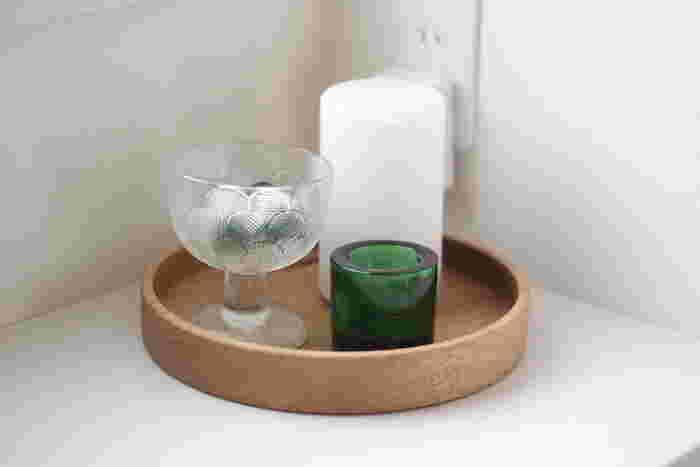 こちらのブロガーさんが玄関に置いたのは、アロマディフューザーやキャンドルホルダーなど。透明なグラスの中にはエッセンシャルオイルのボトルが入っています。夏にぴったりのグリーンとホワイト。木製のトレイもナチュラルですね。夏にぴったりの香りを漂わせてみましょう。