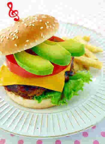 女性なら誰もが大好きなアボカドとチーズをはさんだ、色美しいバーガー。ゆっくりと時間をかけて楽しみたい上品なハンバーガーです。