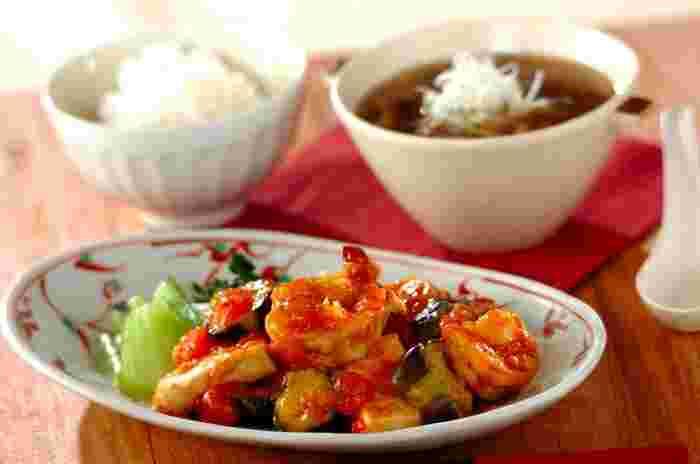 エビを湯通ししたり、豆腐を使うことでカロリーを抑えたヘルシーなエビチリ。ナスや青梗菜など野菜たっぷりで、しかも生トマトでチリソースを作っています。豪華でバランスもよく、あとはしめじとなめこの中華スープを添えれば、十分な献立に。