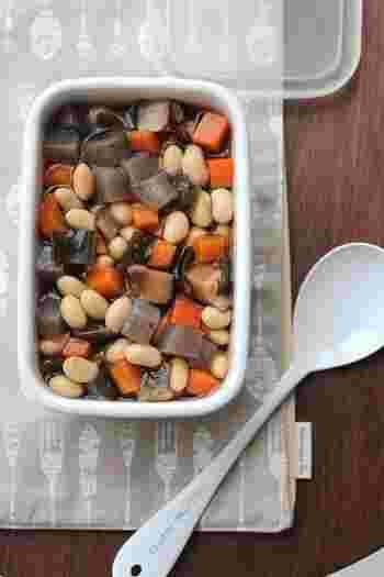 具がたっぷりで栄養満点、日持ちもする便利な「五目煮豆」。ベースとなるお出汁には、干し椎茸と昆布の戻し汁を使っています。こちらのレシピでは、乾燥大豆の使い方も紹介されているのでぜひ参考にしてください。水煮にした大豆は冷凍保存もできるので、サラダなど他の料理にも使えて便利ですよ。