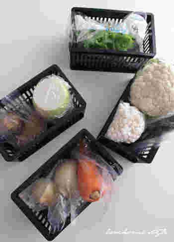 みなさんは普段、冷蔵庫の野菜室をどのように整理していますか?仕切りのない広いスペースのままだと、出し入れしているうちに野菜が散らかってきますよね。収納方法に困っている方も多いと思いますが、そんな時にはぜひ、Mariさんの「ダイソーのプラスチックケース」を使った収納術をお手本にしてみませんか?それぞれの野菜ごとに仕切って整理すると、いつもスッキリ&キレイな状態をキープしやすくなりますよ☆