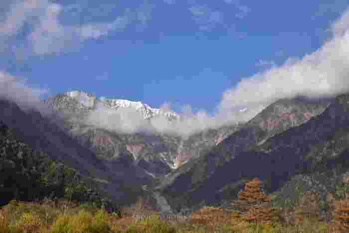 上高地からは、標高3190メートルの奥穂高岳(富士山、北岳に次ぎ、日本で三番目の標高を誇る)を主峰とする穂高岳連邦を臨むことがでいます。むき出しの岩肌となっている山頂は、夏でも冠雪しており、大自然の畏怖を感じ取ることができます。