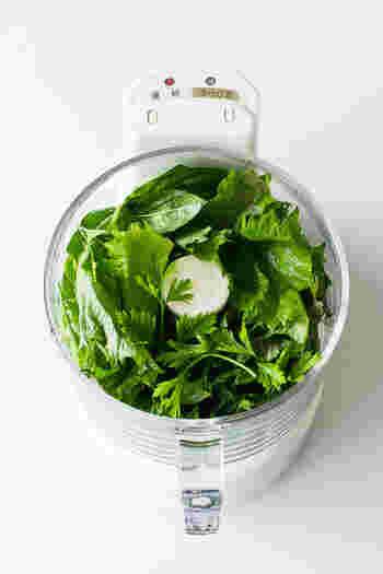 ソースにはたっぷりの大葉とイタリアンパセリを少々使います。塩等の調味料も加えて、フードプロセッサーで一気にペースト状に。