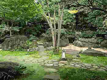湯上りには日本庭園での散策もできますよ。春には桜、秋には紅葉と、四季折々で異なる景色が広がります。