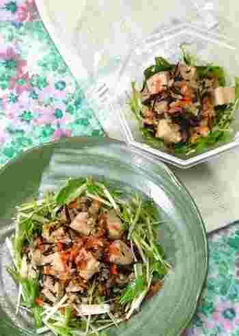 ヘルシーな食材ばかりを一緒に煮込んでできるサラダです。水菜と一緒に食べると食感も楽しめます。玄米が入っているので、サラダでも十分な食べ応え。