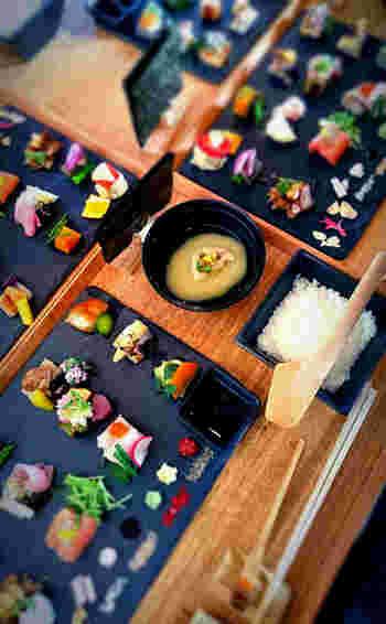 女子会などの場にも選ばれているようです。 たくさん並んだ手織り寿司はとっても綺麗で、まるで芸術品のようですね。