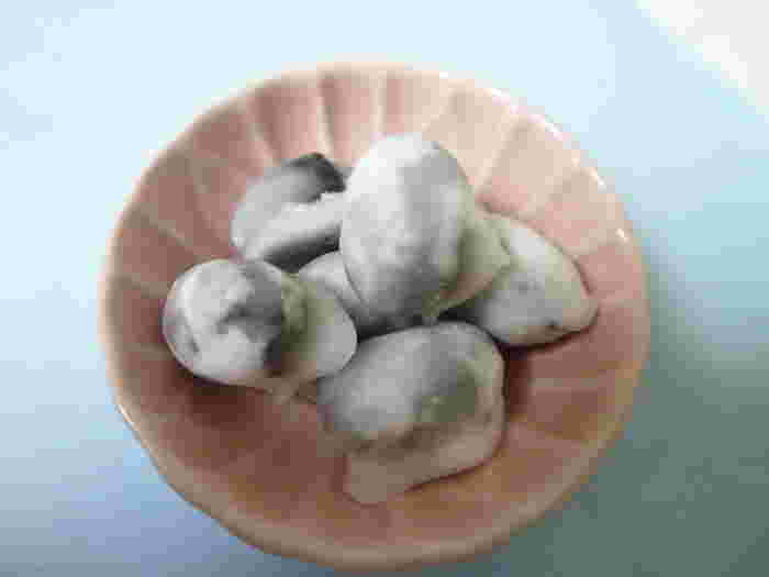 茶席菓子として販売している上生菓子も有名ですが、こちらも常連のお客さんたちから贔屓にされている「青山」。甘く味付けした但馬豆を糖衣で覆った淡雪のような豆菓子です。シンプルながら1つとして同じものがない不規則な形が魅力的。