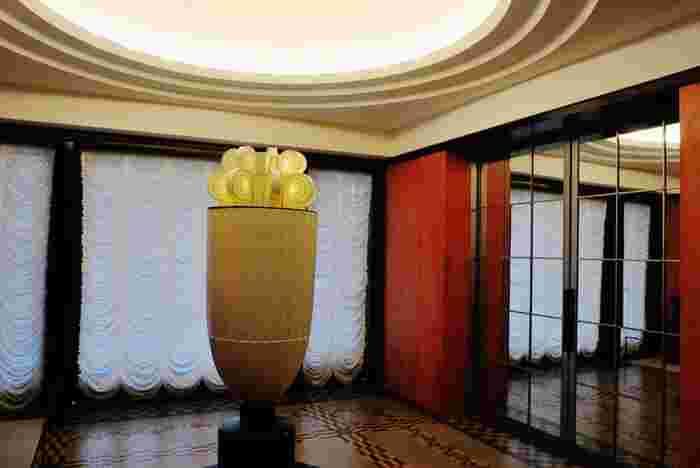 大広間と大客室をつなぐ次室(つぎのま)に置かれた「香水塔」は、美術館のシンボル。アンリ・ラパンが設計し、セーヴルで制作された白磁です。かつては照明部分に香水を施し、その熱で香りを漂わせていたそう。華麗な邸宅の中に身を置くと、まるで華族になったかのような気分に浸れます。  ※2017年11月中旬(予定)まで休館です。