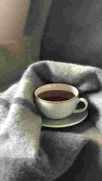お茶(麦茶やカフェインレスのお茶以外)はカフェインに利尿作用があるので、水分バランスに多少影響を与えます。またコーヒーも水分過多になっているときはいいかもしれません。 グレープフルーツジュースもむくみにいいといわれていますが、グレープフルーツに含まれるカリウムは、水分を排出する作用がないので、むくみに影響を与える飲み物ではありません。