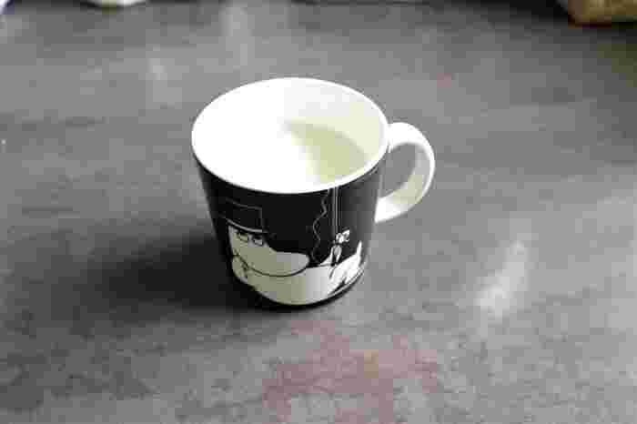 次にミルクを半分ほどカップに入れて、ミルクパンに入れます。ミルクが多い方が好きな方は、ミルクを増やしてくださいね。