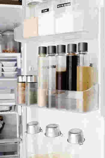 容量は350㎖とたっぷり入るのに、こんな風に冷蔵庫のドアポケットにも収納できます。スタイリッシュなデザインなので、見た目もおしゃれな雰囲気ですね。ドアポケットに並べておけば、お料理の時にすぐに取り出せて便利ですよ。