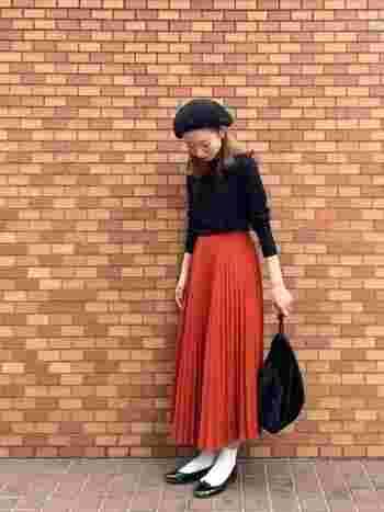 定番の黒タートルニットとカラーのプリーツスカートの大人ガーリースタイル。黒のベレー帽やバレエシューズが女性らしい雰囲気です。パンプス×ソックスで抜け感を演出して。