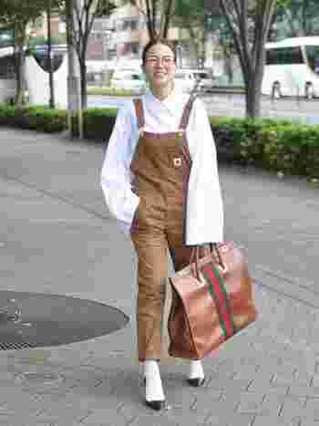 さっぱりとしたデザイン性の高いきれい目シャツと、とんがりトゥのヒール靴。オーバーオールに合わせればモードな大人顔に変身です。