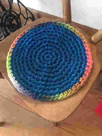 細編みや長編みをぐるぐると丸く編むと円座が出来上がります。 増やし目を作りながら段数を増やして欲しいサイズに調整をしましょう。