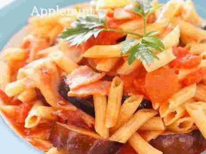 唐辛子の辛みがおいしいペンネアラビアータは、大人のオシャレランチにおすすめ。トマト缶はカットタイプを使うとソースを簡単に作れますよ。もっちりしたペンネの歯ごたえと、香ばしいナス、それに唐辛子の効いたトマトソースのバランスが絶妙。  大皿に盛り付けて取り分けるのもおすすめですよ。