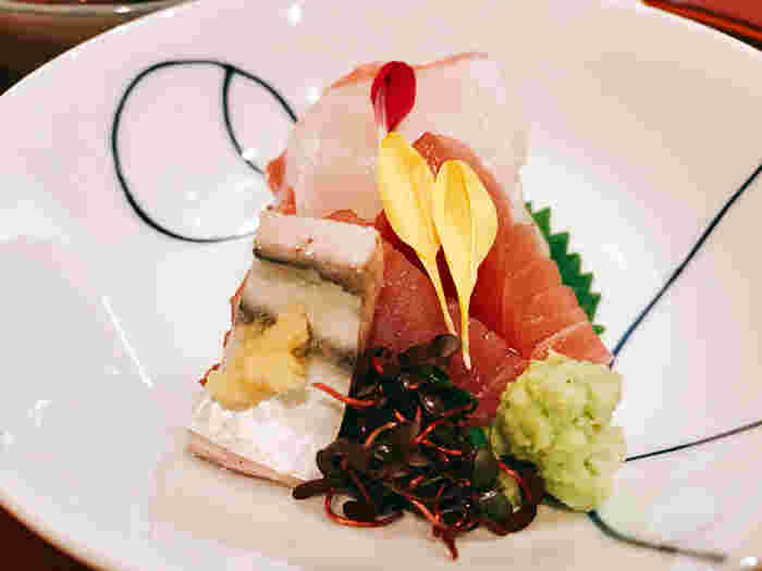 鰹の炙り、マグロ、イカのお造りも、美しく上品に盛り付けられていて食欲をそそります。