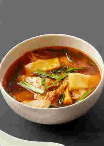 粉唐辛子をたっぷりきかせた、ピリッと辛い韓国風のチゲ雑煮もいいですね。寒い夜などにも、ふうふういいながら、あつあつを食べてみたくなります。余ったお餅など使って作ってみてはいかが?