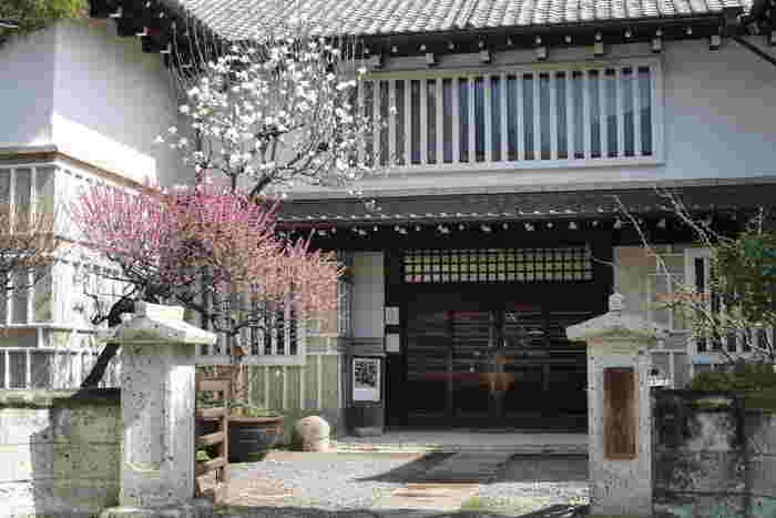 駒場公園の隣にある「日本民藝館」は、名もない工人たちが作った日用品のなかに「美」を見出した柳宗悦氏によって昭和11年に創設されました。日本各地の風土にあった、魅力あふれる民藝品が展示されています。「良いもの」を愛でに出かけたいところです。