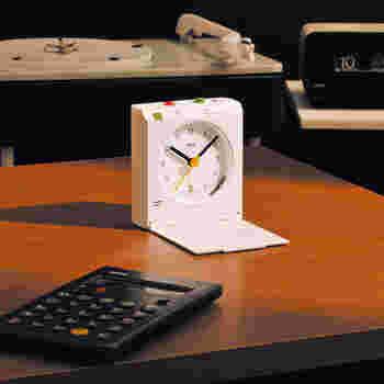 一見シンプルなデザインですが、モーションセンサーがついているという機能的な時計でもあります。