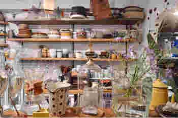 フードデザイナー・たかはしよしこさんのアトリエ兼レストランです。店名には、四季の食材を追いかけながら、メニューを考案したいとの熱い想いが込められています。