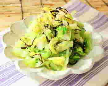 時間がない中でパパッと海藻を摂るには、塩昆布もおすすめ。塩昆布は、調味料的な使い方もでき、キャベツなどと合わせることで風味豊かな副菜が簡単に作れます。