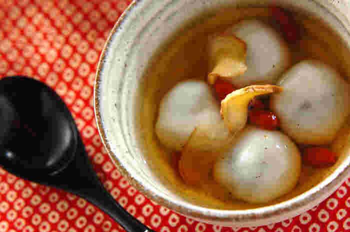 こちらは、黒ごまあんを包んだ白玉団子にショウガシロップをかけたスイーツ。材料の乾燥ショウガは手作りできますが、ない場合は生のショウガでもOK。クコの実も入って薬膳風です♪