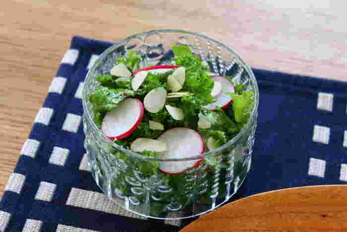 少し大きめサイズのボウルはサラダにぴったり。ガラスの透明感にグリーンが映えて爽やかです。