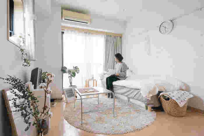 一人暮らしのお部屋は、1Rや1Kというコンパクトな間取りが多いですよね。お部屋そのものは狭くても、レイアウトを工夫すれば広く見せることができます。ポイントは、「低く」「明るく」「視線を遮らない」の3つです。この3つのポイントは一人暮らしのお部屋だけでなく、二人暮らしなど家族が増えたときにも使えるテクニックですので、覚えておいて損はありません。