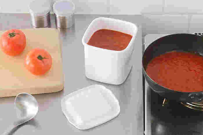 深さが十分にある保存容器は、お米や汁物などを保存するのに役立ちますね。トマトソースの保存などにも役立ちます。