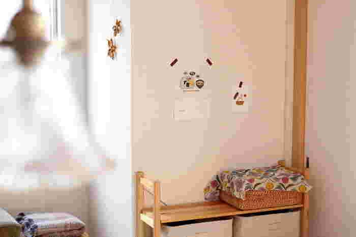 マスキングテープは貼ってもべたつくことなく、壁を傷つけることもありませんから、壁にお子さんの絵やポストカードを飾るとき便利です。