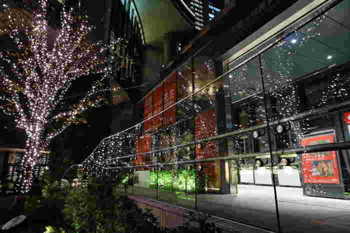 三菱一号館美術館は、2010年に東京・丸の内に開館した新しい美術館です。JR東京駅から徒歩5分という恵まれた立地ながら、庭園も兼ね備えており広く美しい建物になっています。金曜、第2水曜、展覧会会期中の最終週平日は21時まで開館しています。