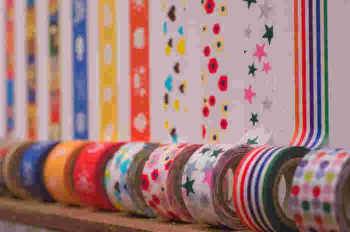 マスキングテープはとても色柄が豊富。シールやセロハンテープのように貼るだけでなく、リボンのような立体的なものも作れる優れものです。