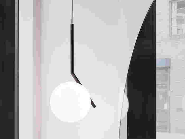 1962年にイタリアにて創設されたモダン照明のトップブランド「FLOS」のペンダントライト。細長い棒の上で乳白色の球体が絶妙なバランスを保っているこちらは、コンタクトジャグリングをイメージしているというアーティスティックでモダンなデザイン。ライトとしてだけではなくオブジェとしても楽しませてくれそうでず。