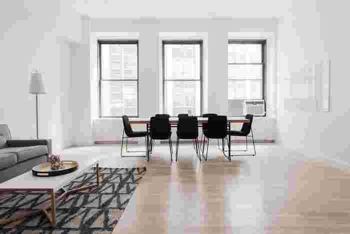 """お家の中を綺麗に掃除すると、お部屋だけでなく気持ちまでスッキリしますよね?私たちが日常生活で行っている「掃除」も、実はマインドフルネスにおいて効果的なエクササイズだと言われています。マインドフルネスを意識した掃除で大切なのは、窓や床など""""掃除をする対象""""に意識を集中させることです。"""