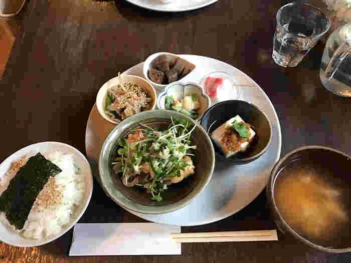 一番のおすすめメニューは、看板メニューとなっている「カナカナごはん」です。素朴でありながらも上品な味付けの和食は、品数も豊富でボリューム満天です。