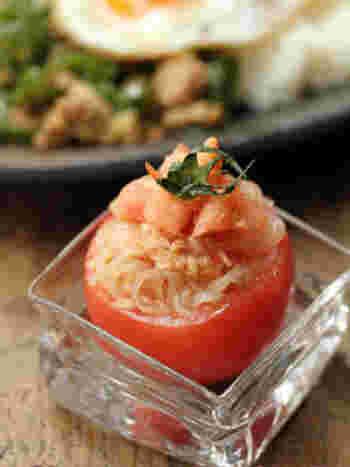 簡単なのに、見た目もオシャレで可愛いトマトカップのサラダ♪春雨やツナなどを和えて、中身をくり抜いたトマトカップに詰めれば完成です。