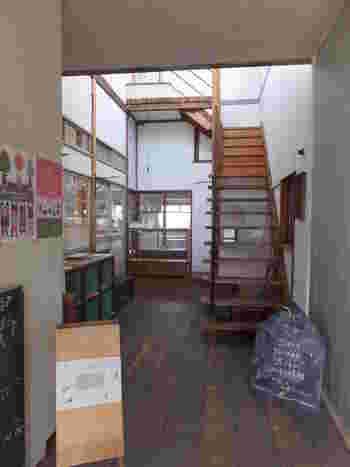 店内は、いつかの時代に過ごした学校のような雰囲気が漂う、懐かしさを感じる空間です。