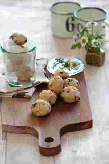 コロンとした形がかわいいチョコチップクッキーです。うっすらと焼き色が付くくらいが焼き上がりの目安です。