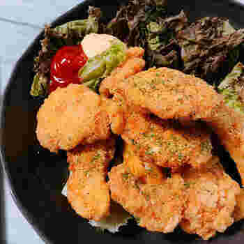 カレー粉と鶏肉はカレー以外でも相性バツグン。こちらは、鶏むね肉の唐揚げです。カレー粉は、唐揚げがこんがり揚がったところで味付けに使います。粉チーズと一緒に袋に入れて、シャカシャカ振って味付けする楽しいレシピ。後から味付けする方法なので、いつもの唐揚げのアレンジにも取り入れてみてください♪