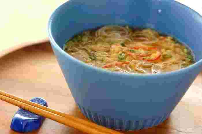 素麺とカニかまぼこで見た目はちょっぴり中華風?のにゅうめん。カラダがあたたまってお腹にもたまるので、夜食にオススメです♪