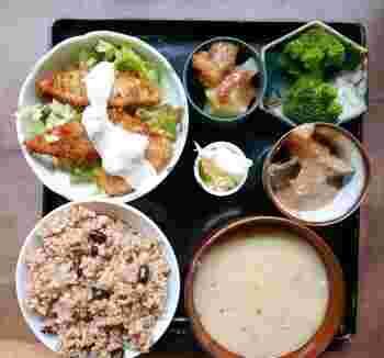 2013年2月オープンの「サルーテ 」は、上京区にある、オーガニックイタリア料理「ダマエダ」の姉妹店です。 京都府南丹市の自社畑、苺の木農園から届く玄米・お豆さん・野菜、信頼できる生産者さんからのお野菜を使った発酵、ローフード、マクロビオティックのお料理が頂けます。身体の中からキレイになれる、そんなお店です。ローフード料理教室もやっているそうです。