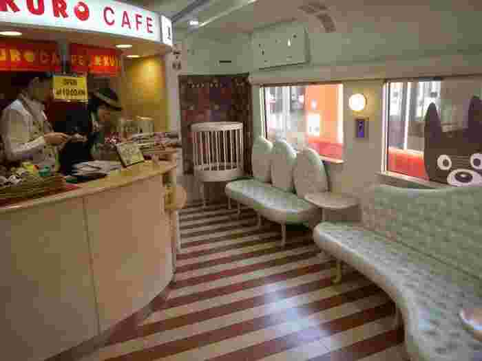 3号車には「くろカフェ」があり、くろちゃんの車内限定グッズなどが販売されています。