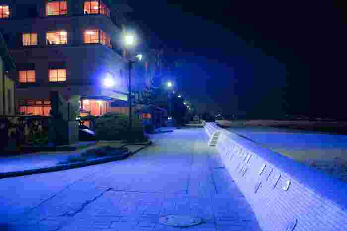 皆生温泉街の町並みは、まるで京都の碁盤の目のように東西南北に道路が張り巡らされています。旅館街は一歩出ると、そこはブルーマリンの日本海の大海原が広がります。