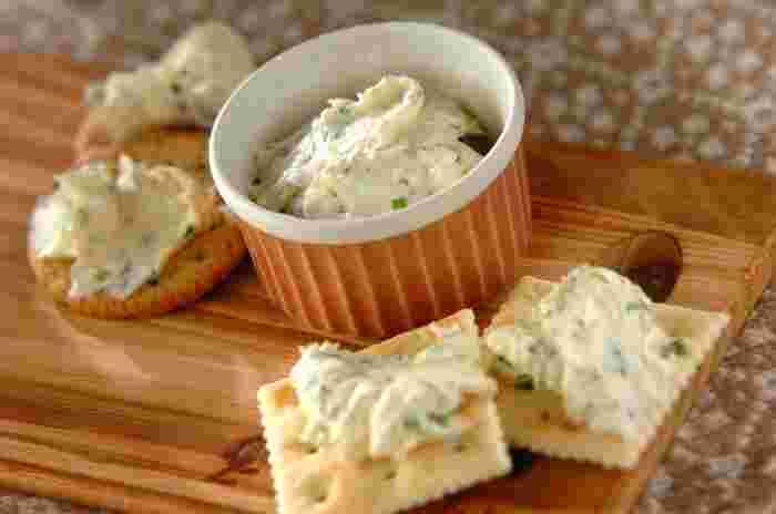 クリームチーズにガーリックと乾燥パセリを練り込んだら、立派なオードブルの完成です!ワインだけでなく日本酒との相性も◎。