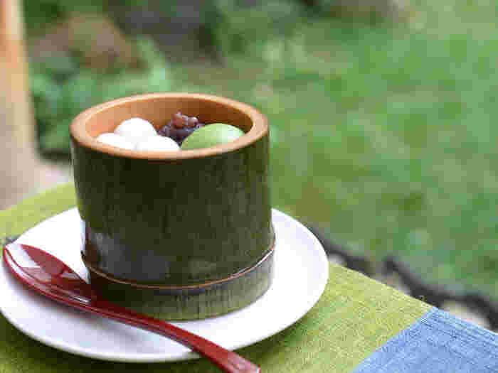 名物なのが「生茶ゼリイ」。ゼリーには、毎日石臼で挽かれた新鮮な抹茶が使われていて、抹茶の風味がそのまま閉じ込められています。抹茶アイスやあずき、白玉もが添えられているので、パフェのような一品です。