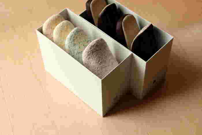 来客用のスリッパや、季節で変えるスリッパもファイルケースに入れて収納。幅もぴったりですっきり片付きます。