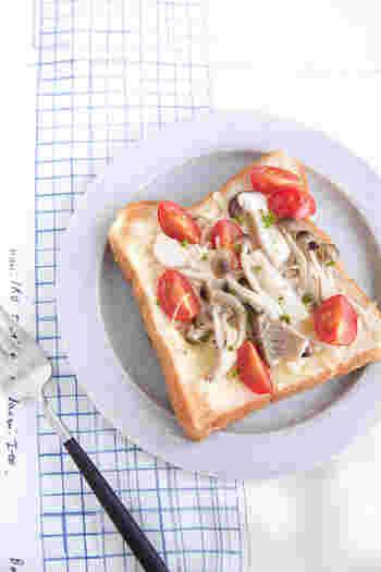 常備しておいた塩キノコと一緒にミニトマト、チーズをパンにのせ、トースト。ついつい手抜きになりがちな朝も、しっかり栄養を摂りたいですね。