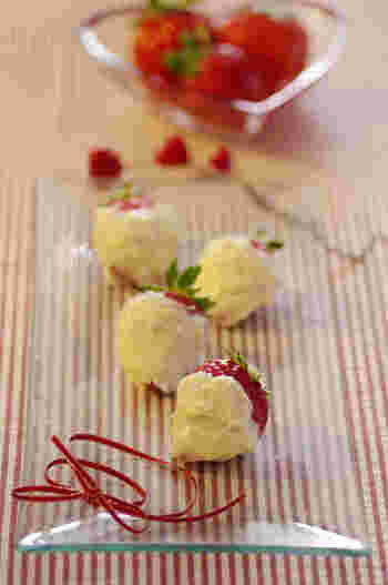フレッシュフルーツとチョコのコラボスイーツ。真っ白なホワイトチョコレートと、真っ赤なイチゴがコラボした、ころんとしたルックスがかわいらしくて、とっても簡単なのでぜひ作ってみて!