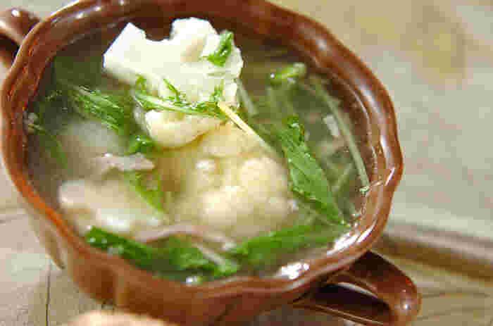 カリフラワーを1株まるごと使うスープ。カリフラワーと水菜の意外な組み合わせで、具材が同じになりがちなコンソメスープも新しく感じられそう。押し麦が入っているのでお腹も満足な一杯です。